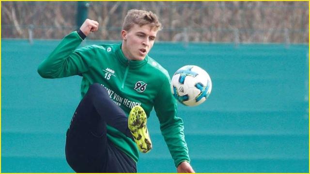 Cầu thủ thi đấu ở Đức dương tính với virus corona - 1