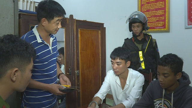 Bắt nhóm đối tượng xông vào phòng tại nhà nghỉ khống chế cướp tài sản - 1