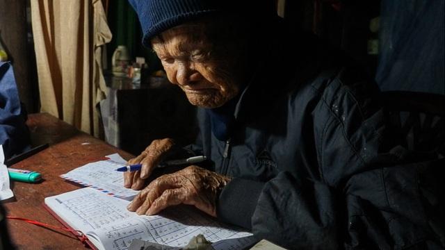 Cụ ông 107 tuổi ngày ngày cuốc đất trồng rau, viết chữ làm thơ - 2