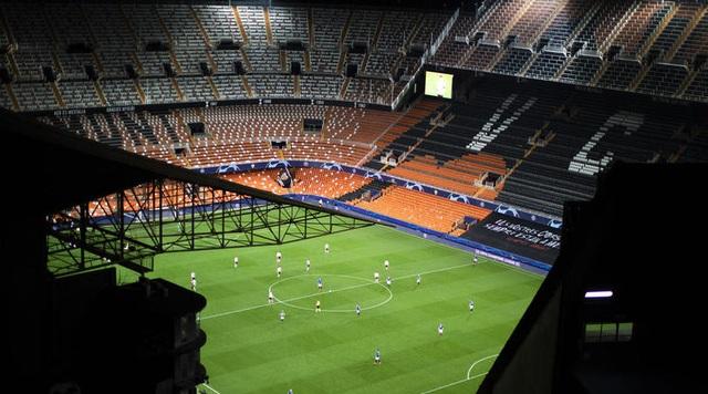 Do Covid-19, Man Utd phải thi đấu trên sân không có khán giả - 2