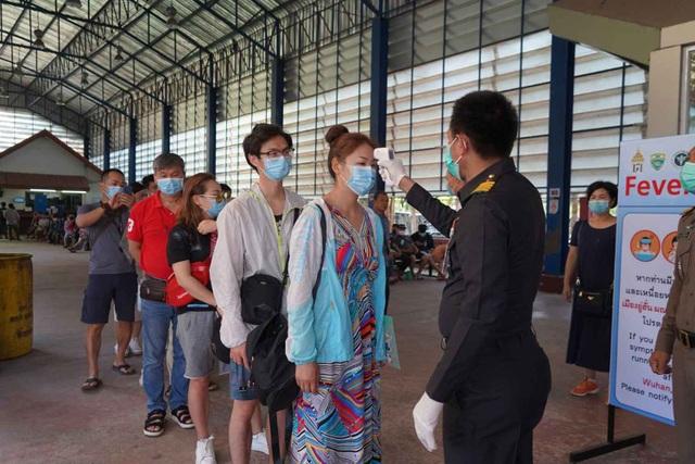 Hai nhân viên xuất nhập cảnh tại sân bay nhiễm virus corona - 3
