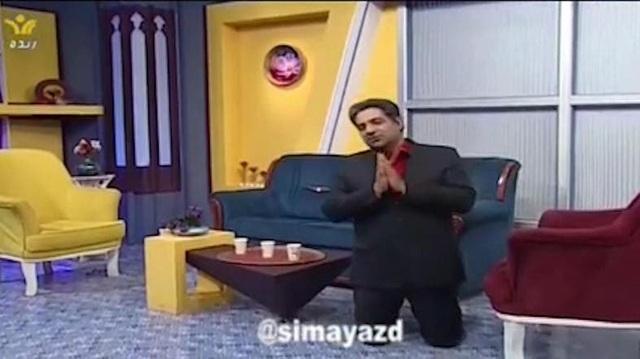 MC truyền hình Iran quỳ gối xin người dân ở trong nhà vì Covid-19 - 1