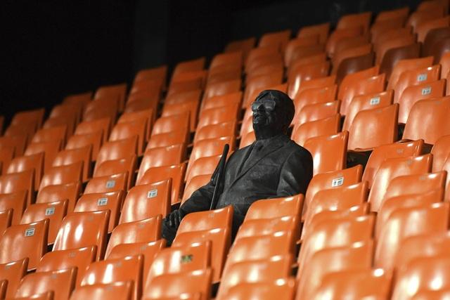 Do Covid-19, Man Utd phải thi đấu trên sân không có khán giả - 3