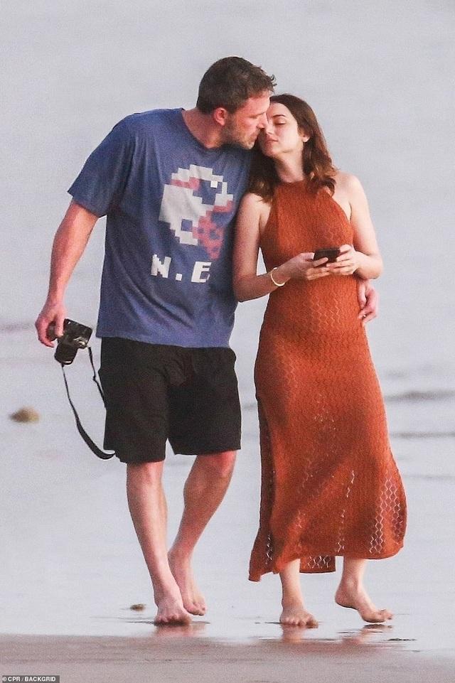Ben Affleck hò hẹn với Bond girl Ana de Armas - 1