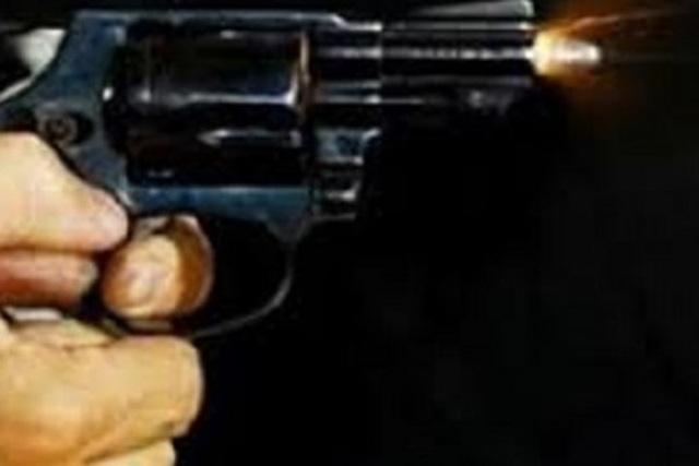 Đang nhậu bỗng nổi hứng chĩa súng vào đầu bạn, bóp cò - 1