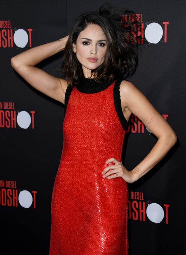 Eiza Gonzalez tự tin diện áo gợi cảm - 6