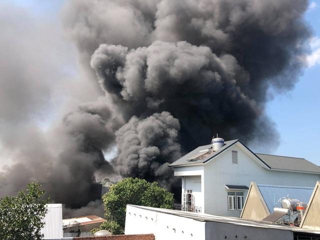 Kho chứa mút xốp cháy dữ dội, nhiều nhà dân phải sơ tán - 1