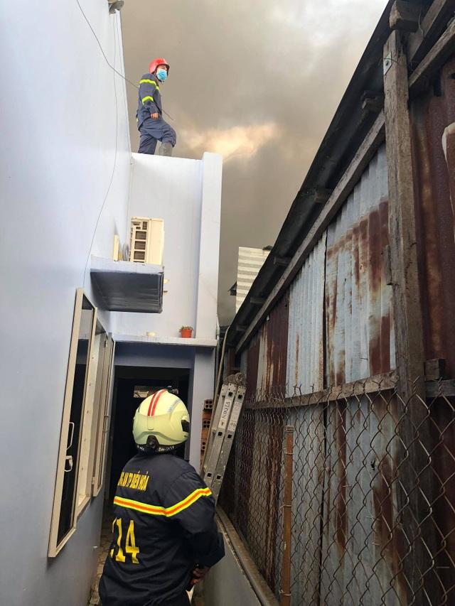 Kho chứa mút xốp cháy dữ dội, nhiều nhà dân phải sơ tán - 2
