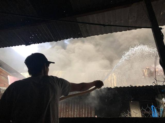 Kho chứa mút xốp cháy dữ dội, nhiều nhà dân phải sơ tán - 3