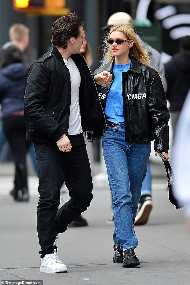 Con trai David Beckham đắm đuối hôn bạn gái xinh đẹp - 1