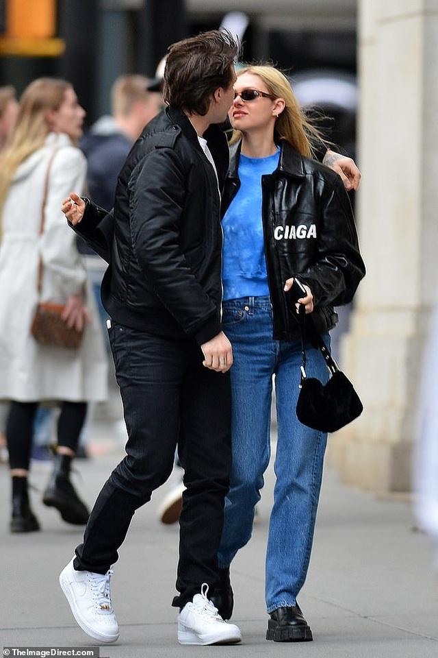 Con trai David Beckham đắm đuối hôn bạn gái xinh đẹp - 3