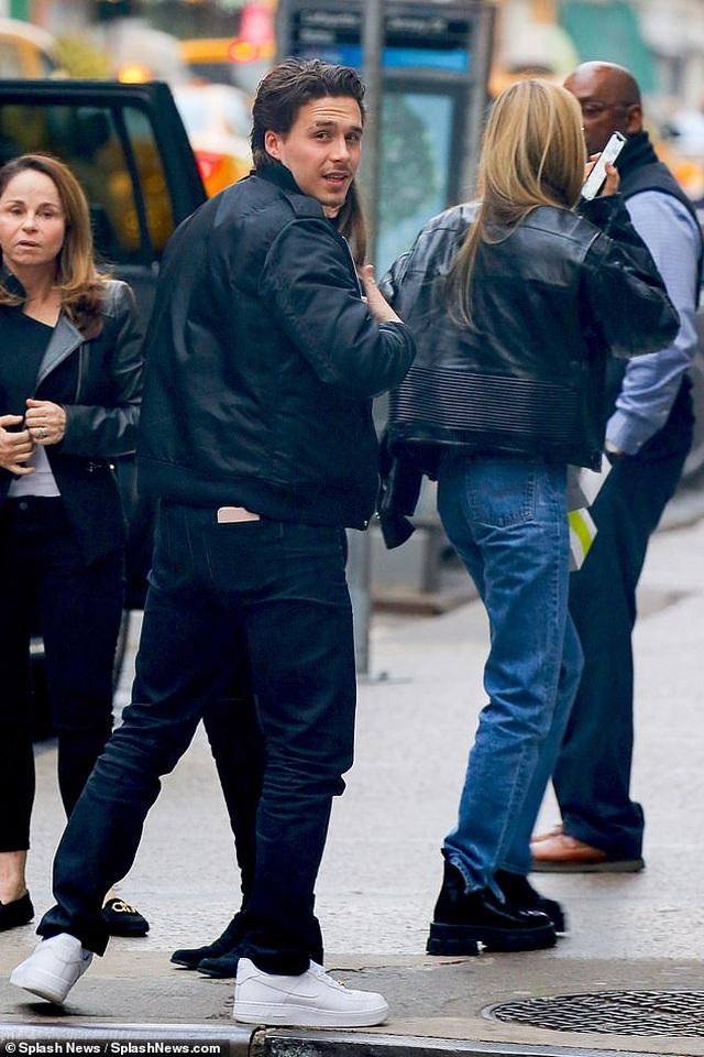 Con trai David Beckham đắm đuối hôn bạn gái xinh đẹp - 4