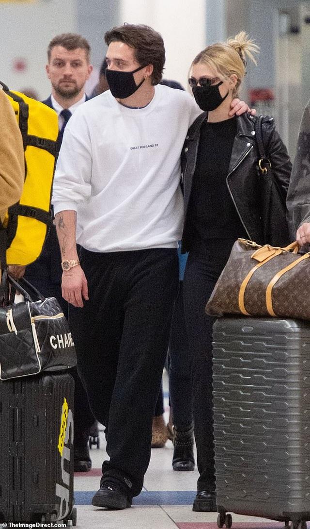 Con trai David Beckham đắm đuối hôn bạn gái xinh đẹp - 8