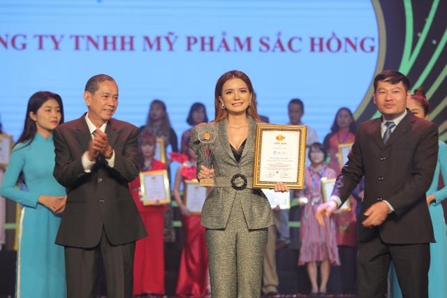 CEO Trương Thị Ngọc Thuỷ đại diện Mỹ phẩm Sắc Hồng nhận giải Thương hiệu chất lượng châu Á - 1