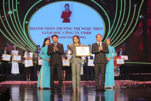 CEO Trương Thị Ngọc Thuỷ đại diện Mỹ phẩm Sắc Hồng nhận giải Thương hiệu chất lượng châu Á - 2