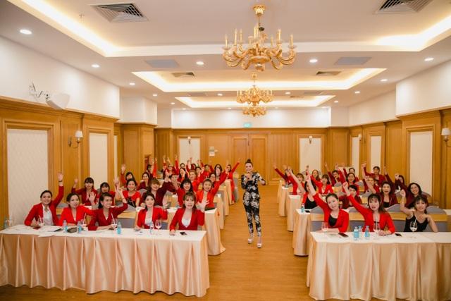 CEO Trương Thị Ngọc Thuỷ đại diện Mỹ phẩm Sắc Hồng nhận giải Thương hiệu chất lượng châu Á - 5