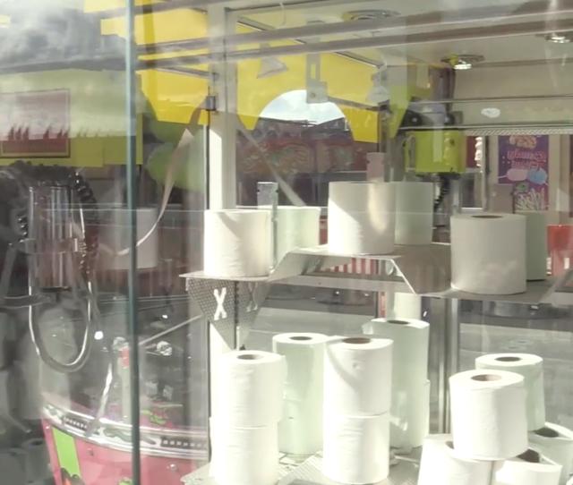 Giải trí thời dịch corona: Gắp giấy vệ sinh thay vì thú bông - 2