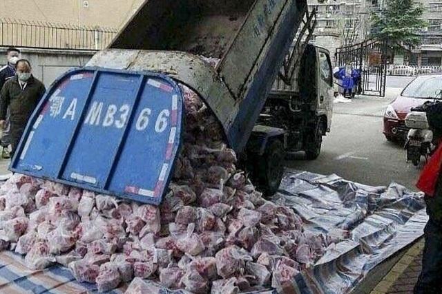 Dùng xe rác chở thịt lợn cho vùng bị cách ly, quan chức Vũ Hán mất chức - 1