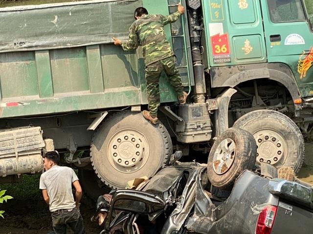 Xe bán tải bị vò nát bét, 3 người thoát chết kỳ diệu - 2