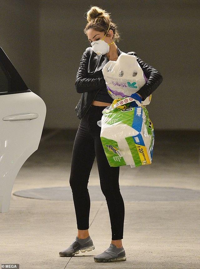 Farrah Abraham đeo khẩu trang đi mua giấy vệ sinh - 2