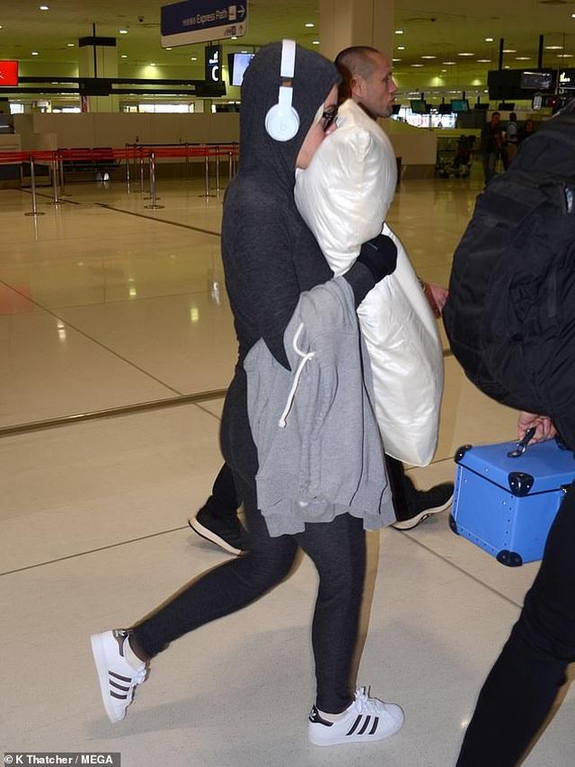Vì dịch Covid-19, Katy Perry gấp rút rời Australia - 1