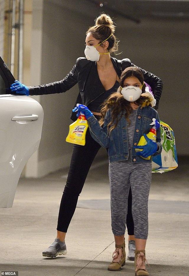 Farrah Abraham đeo khẩu trang đi mua giấy vệ sinh - 3