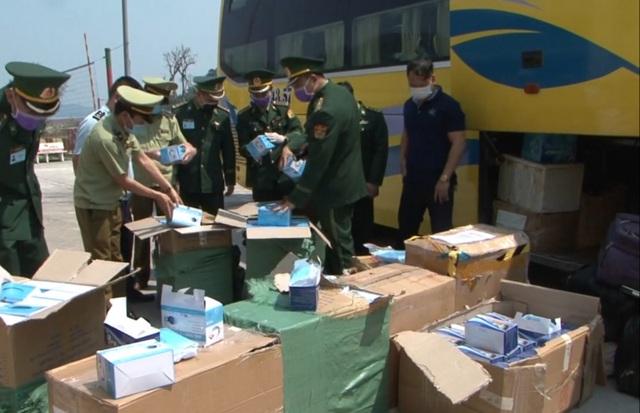 Bắt xe khách vận chuyển lậu lượng lớn khẩu trang y tế sang Lào - 1