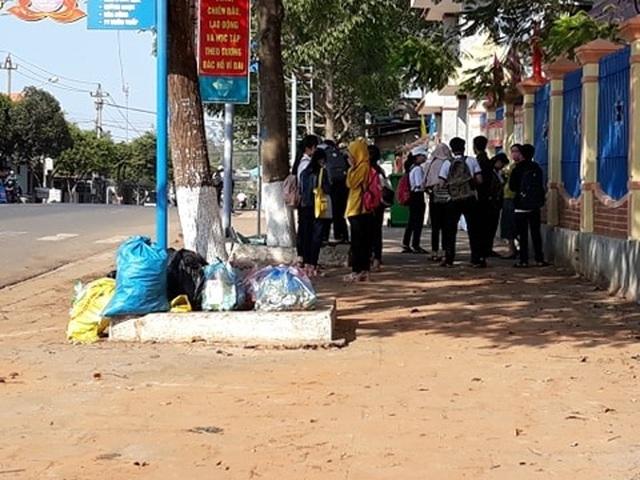 Đắk Lắk: Rác bủa vây trung tâm huyện, người dân bức xúc lên tiếng - 2
