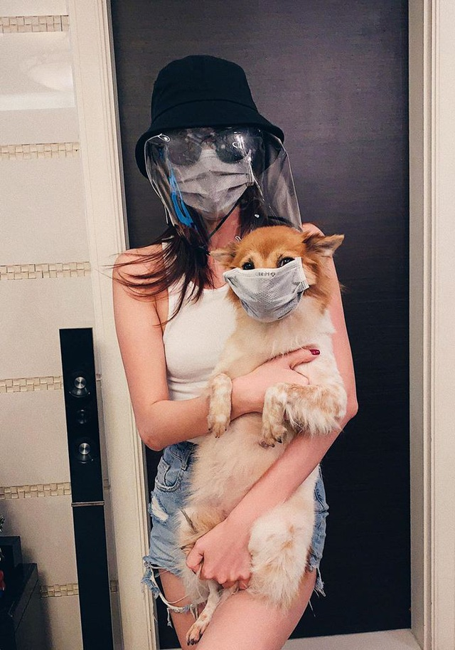 """Muôn kiểu chống dịch cực """"độc"""" của sao Việt, đeo khẩu trang cho cả cún cưng - 8"""