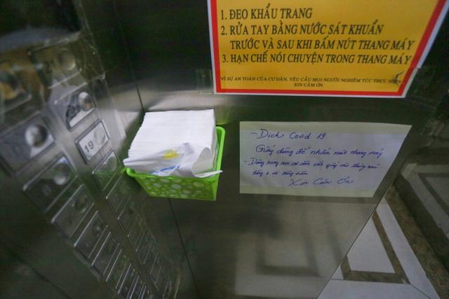 """Dân Hà Nội nghĩ ra muôn kiểu bấm thang máy """"độc, lạ"""" mùa dịch Covid-19 - 11"""