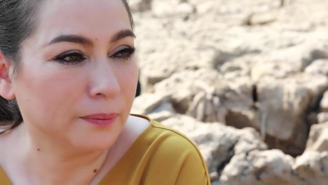Phi Nhung rớt nước mắt khi đi cứu trợ bà con miền Tây - 1