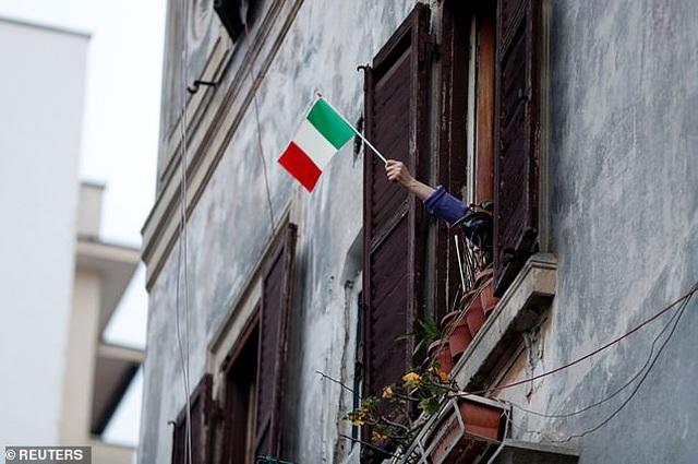 Tiếng hát của người Ý vang lên từ trên những ban công - 10
