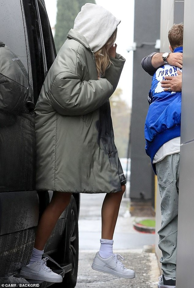 Justin Bieber đeo khẩu trang ra phố - 3