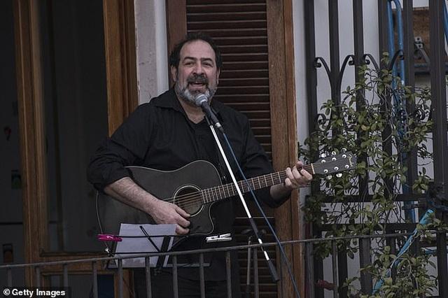 Tiếng hát của người Ý vang lên từ trên những ban công - 6