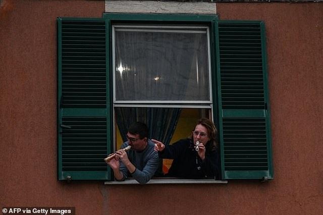 Tiếng hát của người Ý vang lên từ trên những ban công - 7