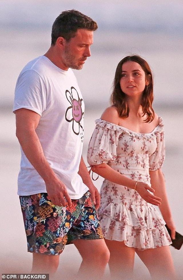 Ben Affleck đưa bạn gái Bond girl đi nghỉ mát - 3