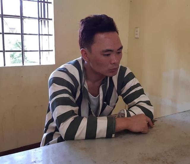 Bắt người đàn ông nghi dùng dao uy hiếp 4 học sinh, đâm công an - 1