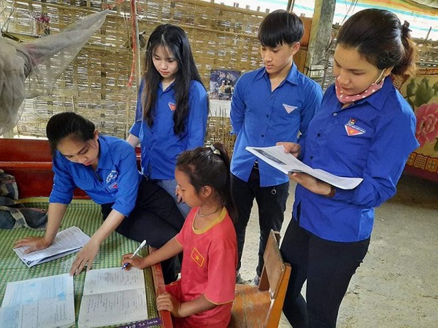 Nghệ An: Đoàn viên thanh niên gõ cửa từng nhà tuyên truyền khai báo y tế - 6