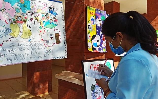 Học sinh trường chuyên vẽ tranh tuyên truyền phòng chống dịch Covid-19 - 6