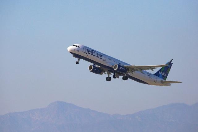 Mỹ: Máy bay hạ cánh mới báo mắc Covid-19, hành khách bị cấm bay trọn đời - 1