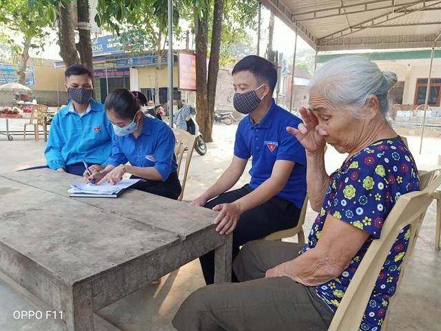 Nghệ An: Đoàn viên thanh niên gõ cửa từng nhà tuyên truyền khai báo y tế - 3