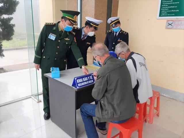 Nghệ An: Đoàn viên thanh niên gõ cửa từng nhà tuyên truyền khai báo y tế - 4