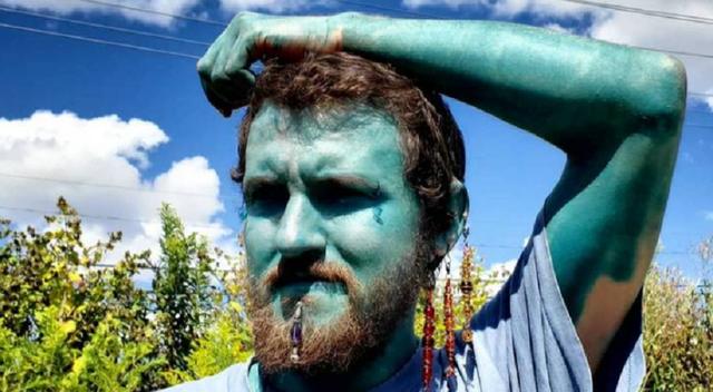 Người đàn ông xăm da toàn thân xanh như Xì trum để… tăng tự tin