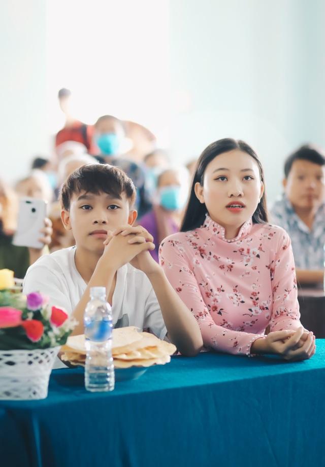 Phi Nhung rớt nước mắt khi đi cứu trợ bà con miền Tây - 5