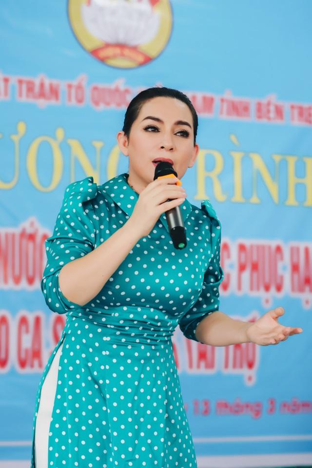Phi Nhung rớt nước mắt khi đi cứu trợ bà con miền Tây - 6