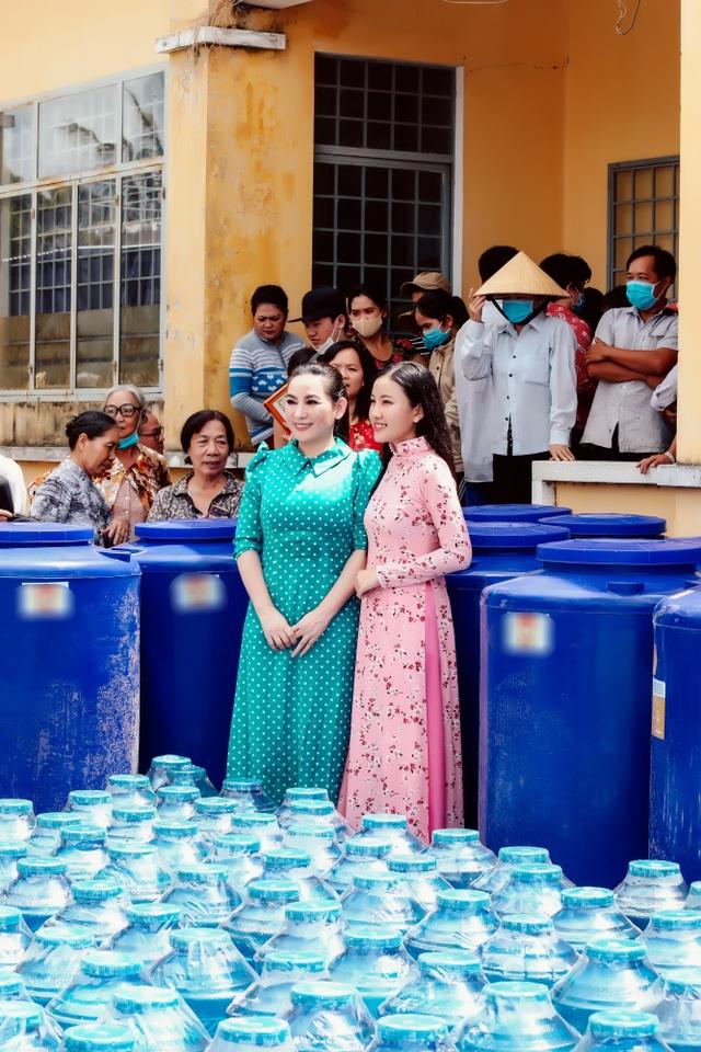 Phi Nhung rớt nước mắt khi đi cứu trợ bà con miền Tây - 3