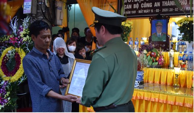 Thăng cấp bậc hàm cho Đại úy hy sinh trên đường dẫn giải phạm nhân - 3