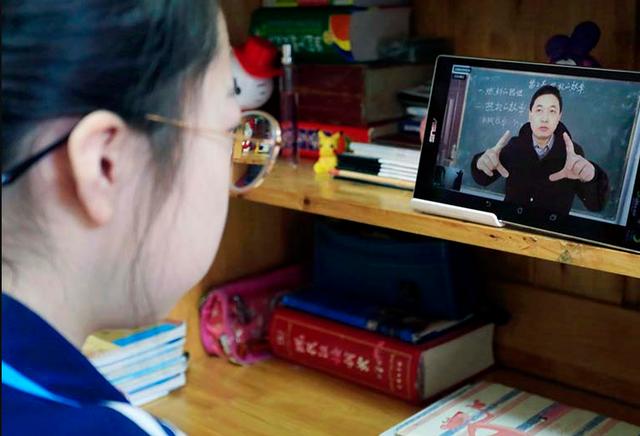 """Trung Quốc: Con học online, phụ huynh """"quá tải"""" - 1"""