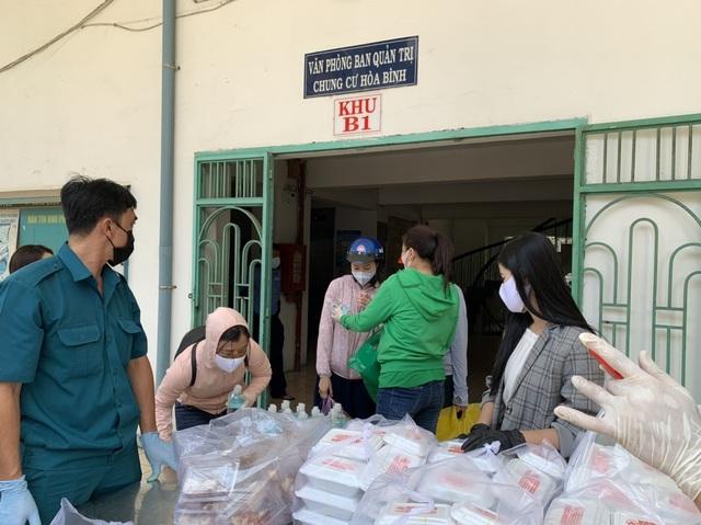 Hơn 1.000 cư dân khu cách ly được phục vụ ăn uống miễn phí - 8
