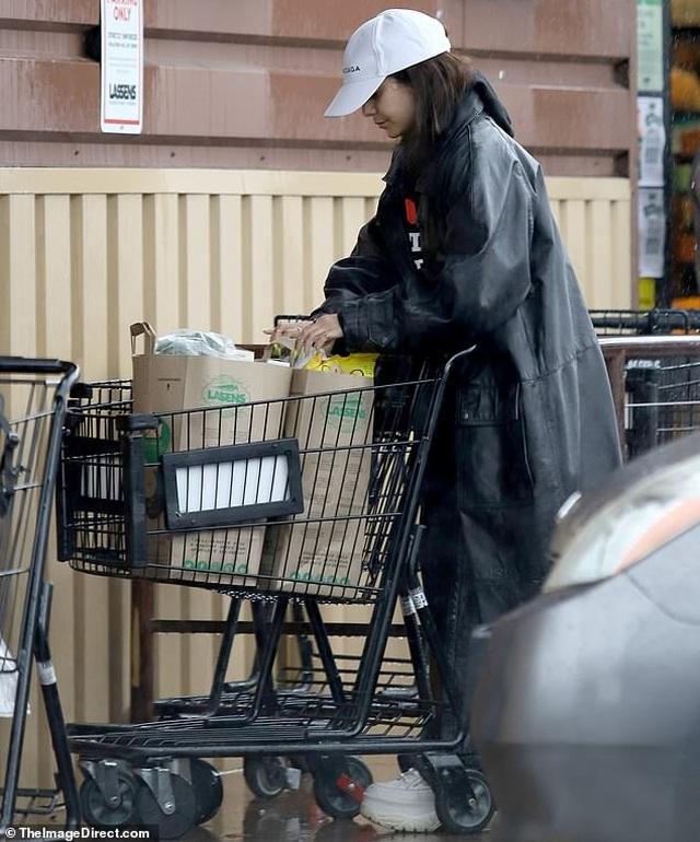Sao Hollywood tích cực đi siêu thị giữa đại dịch - 9